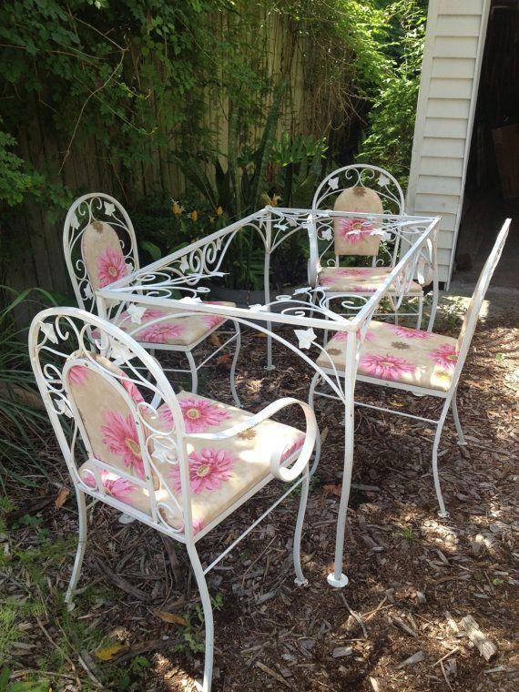 White Metal Mid Century Patio Set Woodardsalterini Love The Pink Floral Cushions Wroughtironpat Vintage Patio Wrought Iron Patio Furniture Patio Inspiration