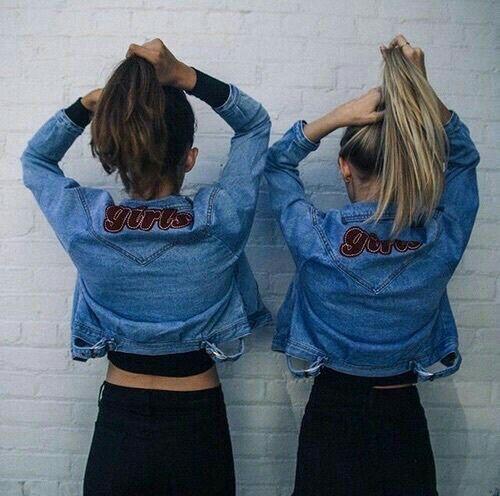 ¡Chaquetas gemelas! La última moda para amigas. #live #vivir #vida #moda #amistad #amigas #chaquetas #gemelas #twinning #chicas #amor #love #MundoLigue  www.mundoligue.com es la mejor red social para conocer gente nueva cada día, con la que compartir amistad, relaciones o vivir nuevas experiencias.