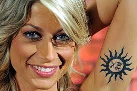 Il sole con ideogramma cinese sotto il braccio sinistro di Maddalena Corvaglia