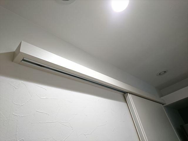アウトセット引き戸の上吊りレールが出っ張っていて目立つ 天井に
