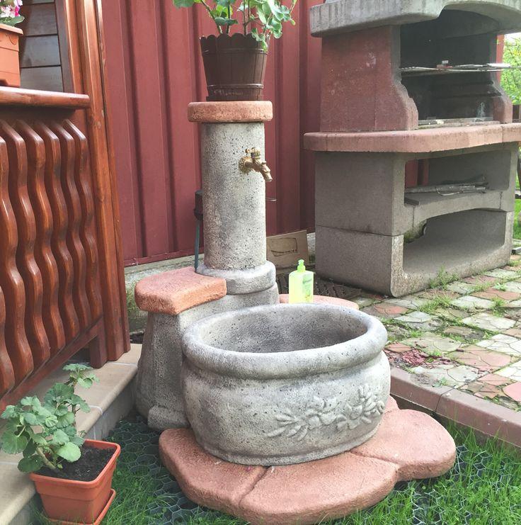 Fontana in pietra ricostruita mod. azalea, finitura: antichizzato. Località: Galati (Romania).