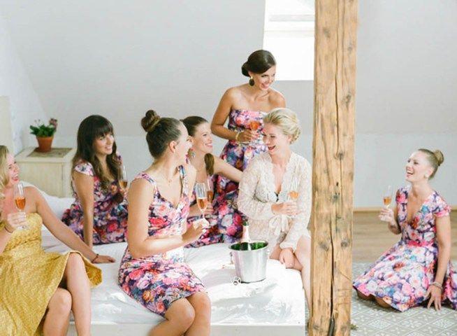 bruden kopplar av med sina tärnor innan bröllopet