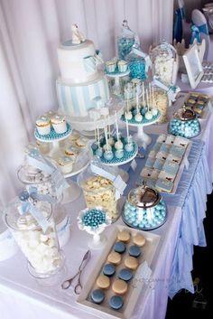esta mesa de postres y mesas dulce es genial para el bautizo, primeroa comunión o baby shower para un niño. #RecordatoriosEventtos