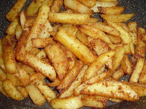 Le patate sono uno dei contorni più amati: oggi ve le proponiamo alla paprika, ma se volete potete provarle anche con pancetta e pangrattato! Procedimento: 1) Sbucciate le patate, tagliatele a bastoncini piuttosto larghi e asciugatele con uno strofinaccio. 2) In una ciotola mettete l'olio, il sale e la paprika (a seconda dei gusti e…