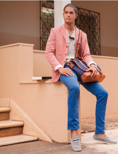 B: Básico Adorable - T-shirt de cuello redondo, pantalón azul royal, reloj dorado (Casio) y zapatos en pana gris de Sema.