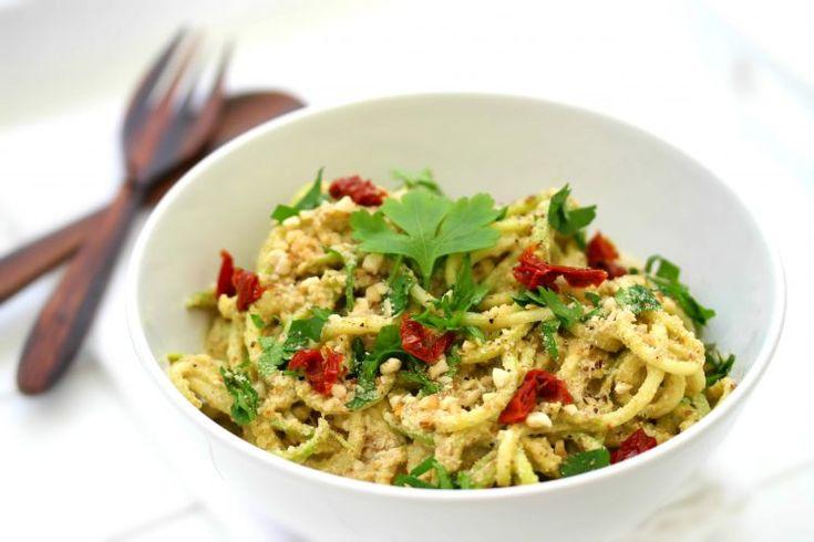 «Courgettis» crues et sauce cheesy à la courge // Raw zucchini noodles and squash cheesy sauce