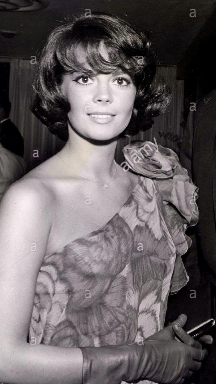 "Natalie Wood"" Movie premiere (1961) Love her hair in this photo ...."