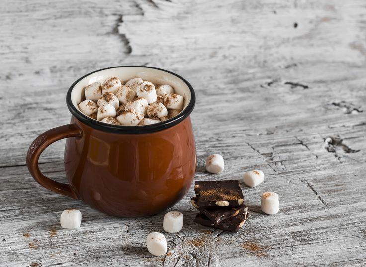 Deliciosa receta de chocolate caliente con malvaviscos.