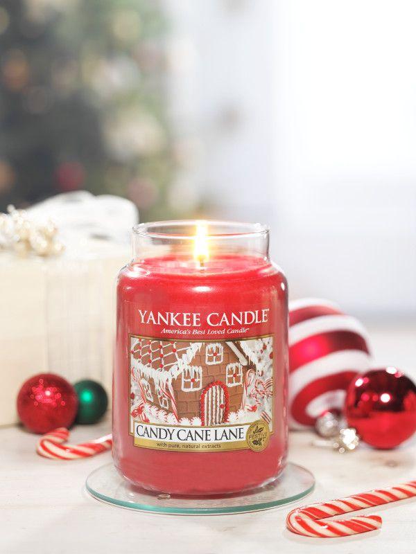 Candy Cane Lane  Dröm om julens läckra godsaker med uppfriskande pepparmynta, söta kakor och krämig vanilj glasyr. #YankeeCandle #CandyCandeLane