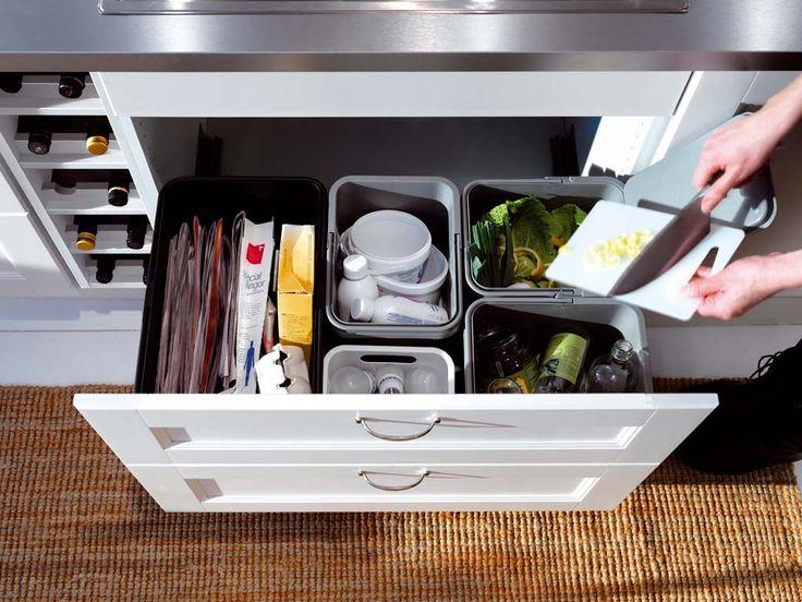 Residuos orgánicos, plástico, papel y cartón, vidrio… Cada uno en su cubo. ¿Y dónde los coloco? Te damos propuestas para colocar los contenedores en la cocina, sacamos un huequecito y ¡a reciclar!