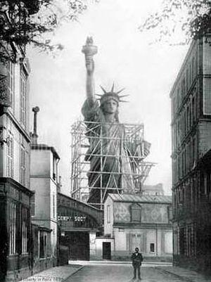 Rue Chazelles : construction de la statue de la Liberté dans les ateliers de Bartholdi en 1879