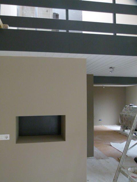 ... muur, uitgevoerd in verf van PTMD kleur: Romantic Taupe en Earth grey