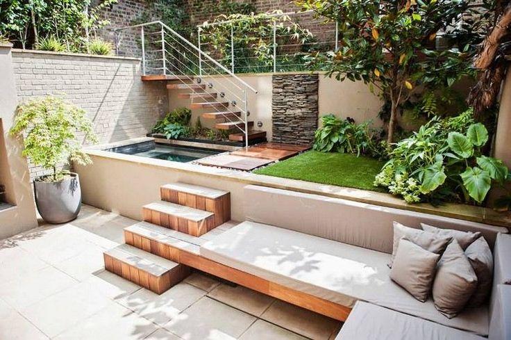aménagement cour intérieure moderne et carrelée avec un banc d'angle en bois, escaliers en bois et petite piscine