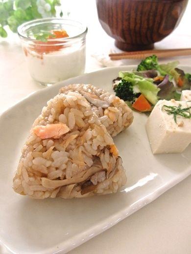 舞茸と鮭の炊き込みご飯で…おにぎりプレートの朝ごはん^^ by みっこ ...