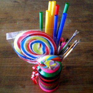 http://cartulina.es/ideas-para-reciclar-bote-pintado-con-esmaltes/ Bote pintado con esmaltes de uñas que ya no necesitamos