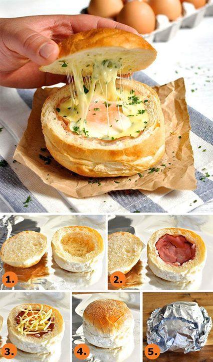 Bacon, œufs et fromage dans un pain.
