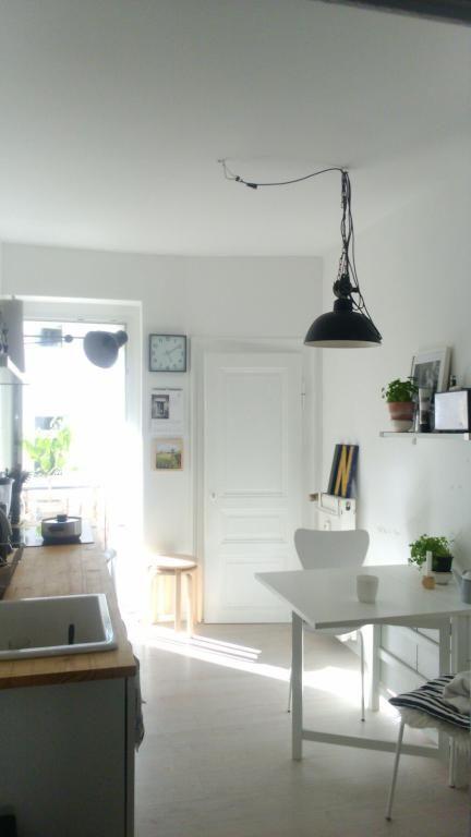 Schlichte helle Küche mit weißen Möbeln und Balkonzugang in Leipzig.  WG-Zimmer in Leipzig.  #Leipzig #WGZimmer #Küche #kitchen #interior