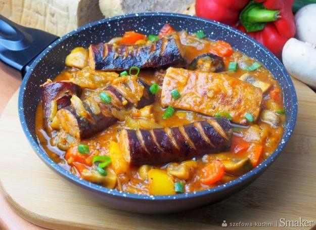 Chłopska patelnia z kiełbasą, cebulą, papryką i pieczarkami