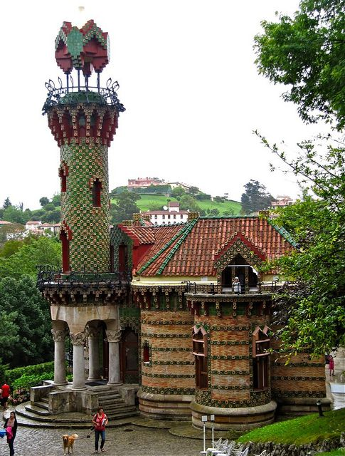 La arquitectura genial de Gaudí también se puede encontrar fuera de la geografía de Cataluña. Este es el caso del museo palacete mostrado en la imagen llamado El Capricho de Gaudí en la población de Comillas, provincia de Santander.