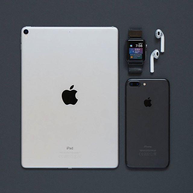 Portable essentials // #SetupTour⠀ by @iknow.mp4⠀ ⠀ #portable #essentials #flatlay #flatlays #tech #technology #gadgets #ipadpro #iphone7plus #applewatch #earpods #setup #minimal #minimalism #minimalist