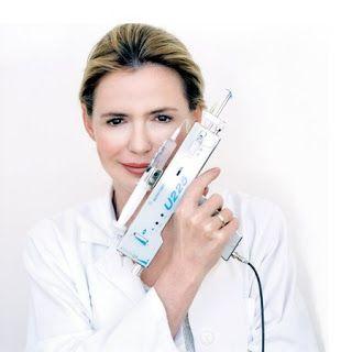 Mezoterapia igłowa - co to takiego?  Mezoterapia igłowa to zabieg polegający na śródskórnym lub podskórnym podawaniu substancji lub mieszanki substancji w celu leczenia miejscowych zmian o charakterze kosmetycznym. Dzięki tej metodzie jesteśmy w stanie wprowadzić substancje aktywne w głąb skóry, co często uniemożliwia nam silna bariera naskórkowa. Odpowiednio dobrane substancje aktywne wstrzykiwane są w miejsca wymagające poprawy kosmetycznej bądź też estetycznej.  CZYTAJ DALEJ....