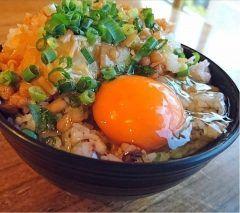 今日の朝ごはん決して手抜きではありませんが家族全員が大好物の納豆 なめ茸 卵ご飯ですヽ()ノ 朝ごはんは必ず食べるという家訓でしっかり食べさせます時短もできて尚且つ美味しい(  )ぜひお母さん方作ってみてくださいな(o)/  #納豆 #なめ茸 #卵ご飯 #時短 #栄養満点