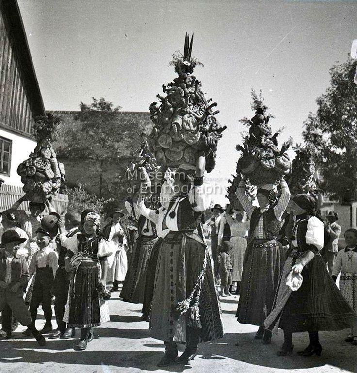 Viszik a menyasszonyi kalácsot, Bánffyhunyad Kolozs vm, 1940 körül. Fotó: Szabó Dénes