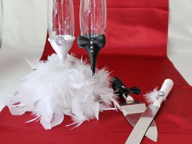Pahare nunta cu pene si set tort, Set pentru tort si pahare nunta decorate, Pahare nunta mire mireasa si set tort cu pene  Superset format din pahare nunta decorate stil mire si mireasa si in set pentru taierea tortului - cutit si paleta. Decorurile sunt realizate din snur satinat alb si negru, fundite colorate, pene naturale si strasuri transparente din sticla.  Pretul afisat este pentru un set de 2 pahare, un cutit si o paleta pentru tort. Paharele si setul de tort pot fi realizate si pe…