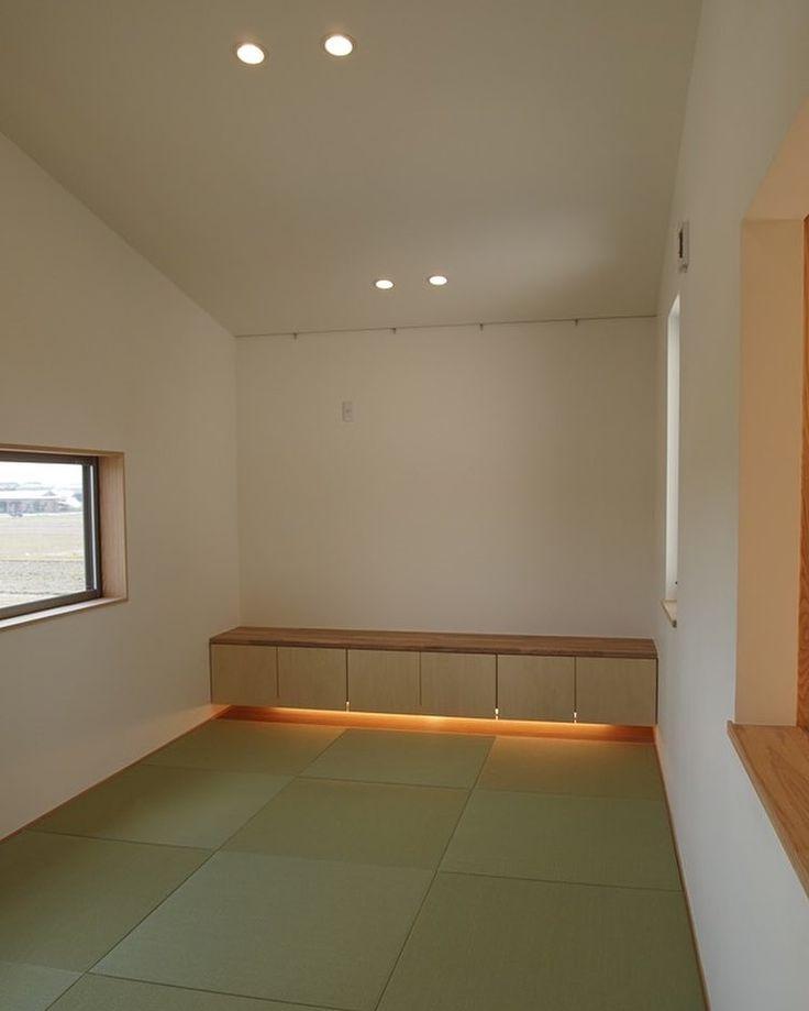 岡山の家の寝室は勾配天井の畳敷きの空間で和モダンな畳敷きの寝室です . 畳にお布団を敷いて眠りたい . お子さんが小さい家庭では添い寝をする家庭も多いので畳の部屋が欲しいと言われるケースはよくあります でもいかにも和室という雰囲気ではなく洋室と馴染むインテリアが良いということで縁なし畳とカウンター収納がある主寝室をデザインしました