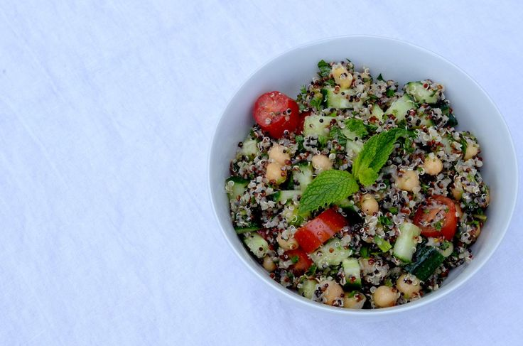 [ Quinoa Tabbouleh Salad Recipe ] A delicious and light meal that is packed with nutrition and protien! Plus, its vegan! #salad #vegan #vegetarian