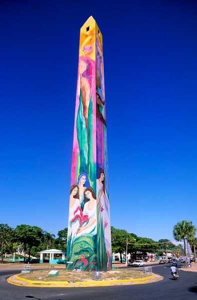 Obelisco Macho u Obelisco del malecon de Santo Domingo, República Dominicana, construido en 1935 por el dictador Trujillo. Con pintura alegórica a las Hermanas Mirabal (Las Mariposas)