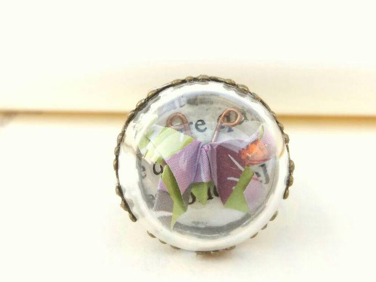 Maxi anello con farfalla origami all'interno di mezza sfera in vetro infrangibile montatura in metallo anallergico color bronzo di diCartaediFilo su Etsy