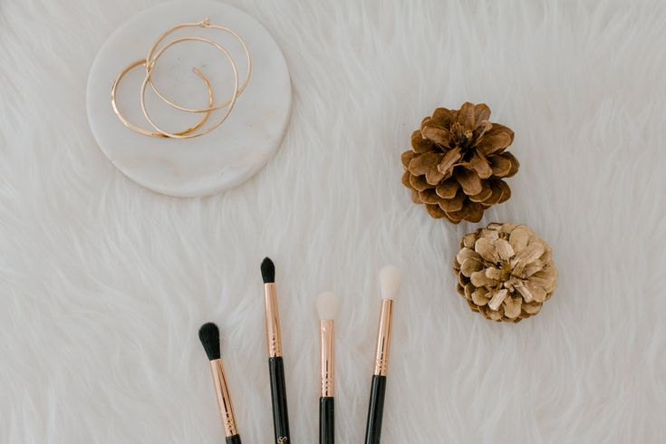 5 Types of Eyeshadow Brushes You Need in your Collection  I AM NOT A MAKEUP ARTIST NOR DO I TRY TO BE! This post is me sharing the types of eyeshadow brushes I love using when I do play with eyeshadow.  Besides adding the bling a.k.a. the highlighter on m