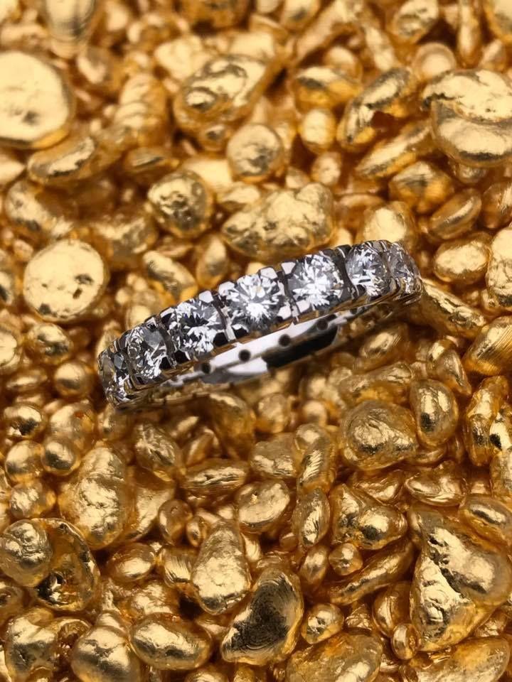 Isn't she lovely! Hierbij de prachtige #Memoirering, voorzien van bijna 2,5 crt. aan schitterende #briljanten. Deze is inmiddels in ontvangst genomen door een heel tevreden klant! Kijk voor meer memoire ringen op onze site!