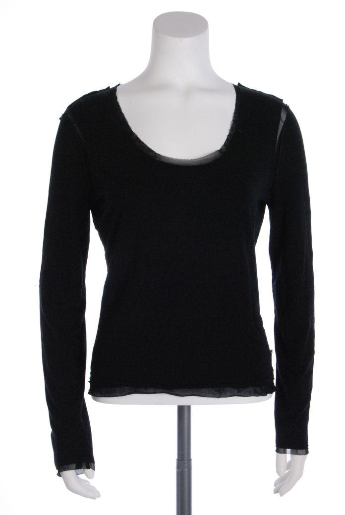 Cette blouse Calvin Klein de couleur noire, taille XL, est en très bon état. Nous n'avons pas constaté de défauts.