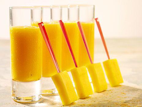 Ett bra mellanmål, en lyxig frukost - det finns alltid en bra anledning till att mixa ihop en smoothie. Ta det du har hemma. Här är en med mango, banan, apelsin och passionsfrukt.