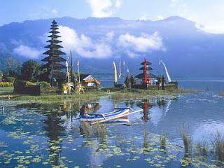 photo danau beratan bedugul dengan perahu
