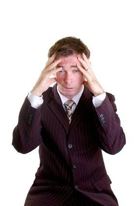 homme d'affaires souffrant de mal de tête ou migraine avec les mains sur la tête