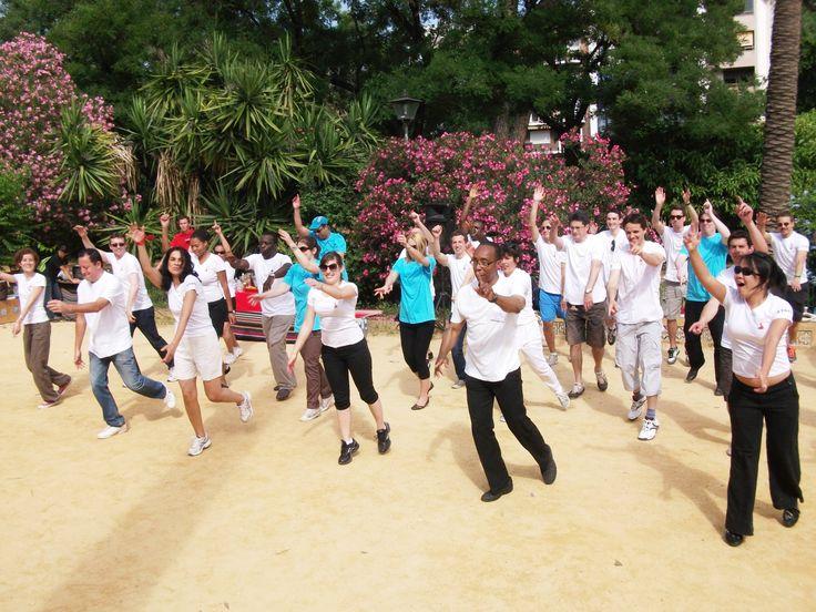 Un flashmob se traduce como «multitud instantánea» es una acción organizada en la que un gran grupo de personas se reúne de repente en un lugar público y realiza una coreografía todos juntos. Dividiremos el grupo para que cada uno vaya aprendiendo la coreografía gracias a un profesional.