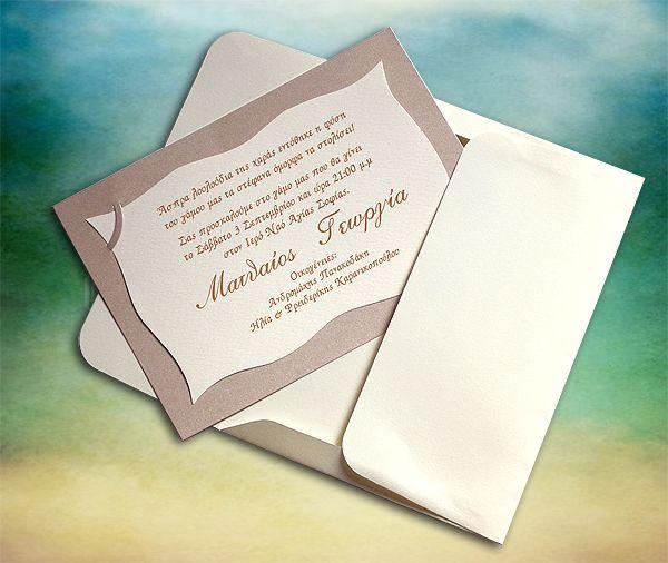 Η κάρτα αποτελείται από υπόστρωμα κατασκευασμένο από χαρτί βάρους 250γρ. με μεταλλική επίστρωση, (ιριδιζων). Το κείμενο της πρόσκλησης είναι εκτυπωμένο σε δεύτερη κάρτα, από χαρτί βάρους 220 γρ., τύπου κανσόν με ιδιαίτερο περιμμετρικό σχέδιο που προσαρμόζεται πάνω στο υπόστρωμα και εφαρμόζει σε ειδικές, διακριτικές ημικυκλικές εγκοπές. Συνοδεύεται από φάκελο κατασκευασμένο από χαρτί ματ με ανάγλυφη γκοφρέ επιφάνεια, βάρους 160 γρ.