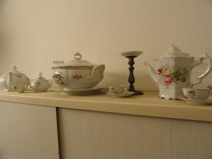 vintage porcelán készlet: csésézk, kannák, tányérok....