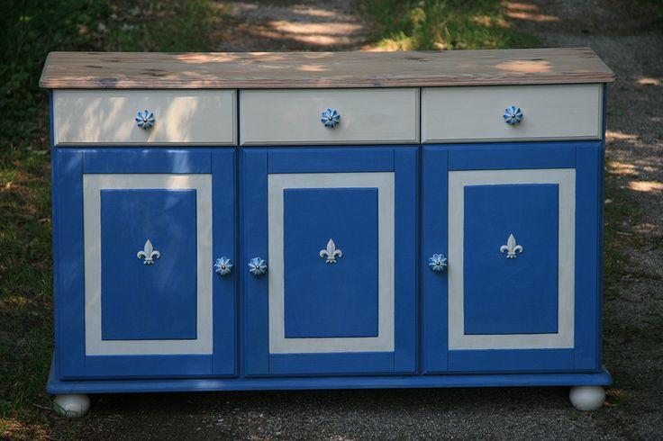 Een dressoir opgevrolijkt met fris blauw en wit, kalkwas en porseleinen knoppen.