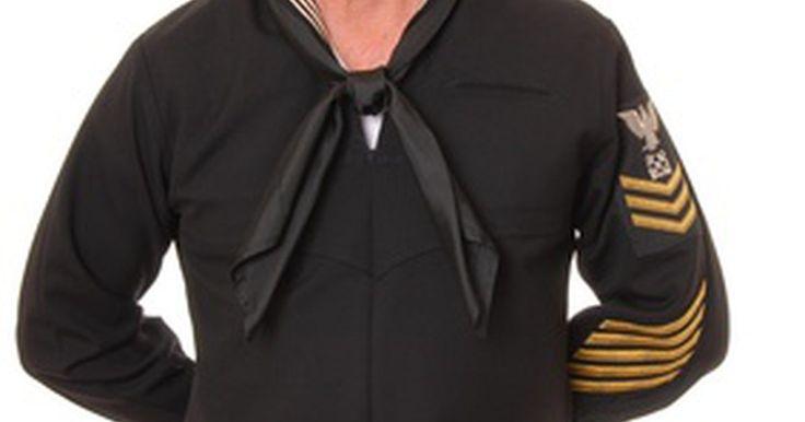 Como fazer uma roupa de marinheiro japonês a partir de uma camisa lisa. Trajes de marinheiro são usados por muitos meninos e meninas, do ensino fundamental e médio, no Japão, tanto como uniformes escolares, como expressões de moda popular. Nas escolas, camisas brancas padronizadas, saias na altura do joelho e colarinhos de marinheiro são a norma. À medida que a roupa de marinheiro foi difundida na cultura pop, as ...
