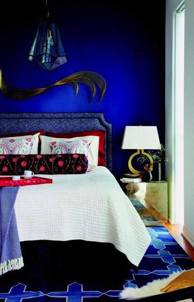 Темно-синие стены в спальне