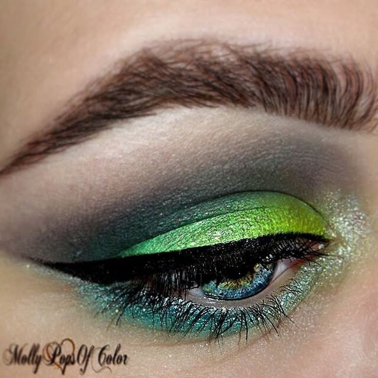 Molly is tempting you to go green with envy as her shimmery lids are made more glamorous by extra dramatic fringes. She used the gifts she received from Tweezerman #realbeautygenius. The ProCurl Lash Curler is a favorite among MUAs as it works with all sorts of eye shapes and gives it that much needed extra pop.