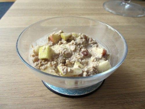 Recept: appeltaart overnight oats. Overnight oats. Ik hoorde al vele verhalen over dit ontbijt. Het zou supergezond, eiwitrijk, vullend en erg lekker zijn.