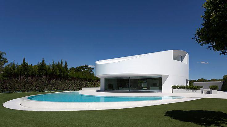 地中海の別荘、インターナショナル・スタイルの住宅から、板張りのファームハウスまで。国が変われど「真っ白な家」の魅力と人気は不動のものです。今回は、住まいにまつわるコミュニティサイト「Houzz」に掲載されている1400万枚の写真の中から「美しき白の住宅」を紹介していきましょう。フラン・シルヴェストル・アーキテクツ(スペイン、ヴァレンシア)マット・ギブソン・アークテクチャー+デザイン(オースト...