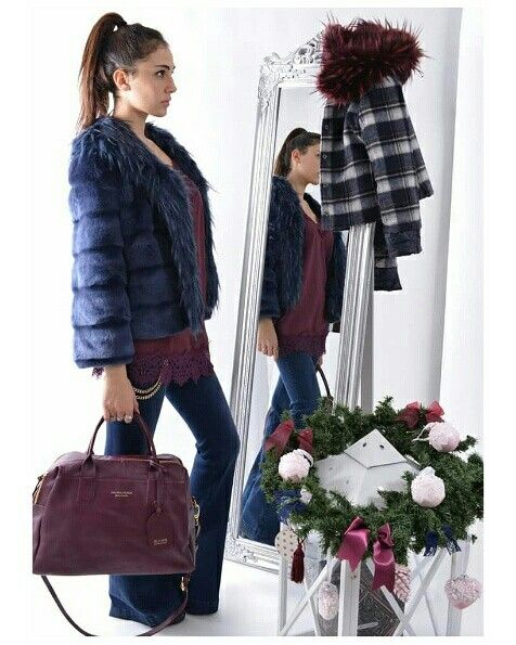 Il e burgundy per Natale😍 ... #boutiquegnisci #outfitofday #blu #burgundy #instafashion #instalook #instamood #accessoriglamour #borsa @silvianheach #pellicciotto #vetrine #natale  #shop #online www.boutiquegnisci.com