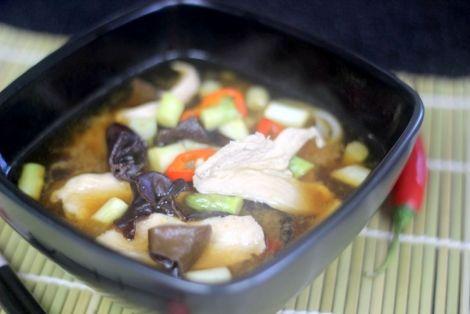 Przepis na Miso z Kurczakiem - typowa Japońska zupa na bazie bulionu rybnego dashi oraz pasty miso. Wersja z kurczakiem jest naprawdę smaczna i pożywna. Smakowało? Nie zapomnij skomentować :)