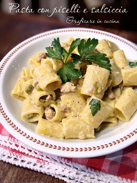 Pasta con piselli e salsiccia (Pasta with peas and sausage)